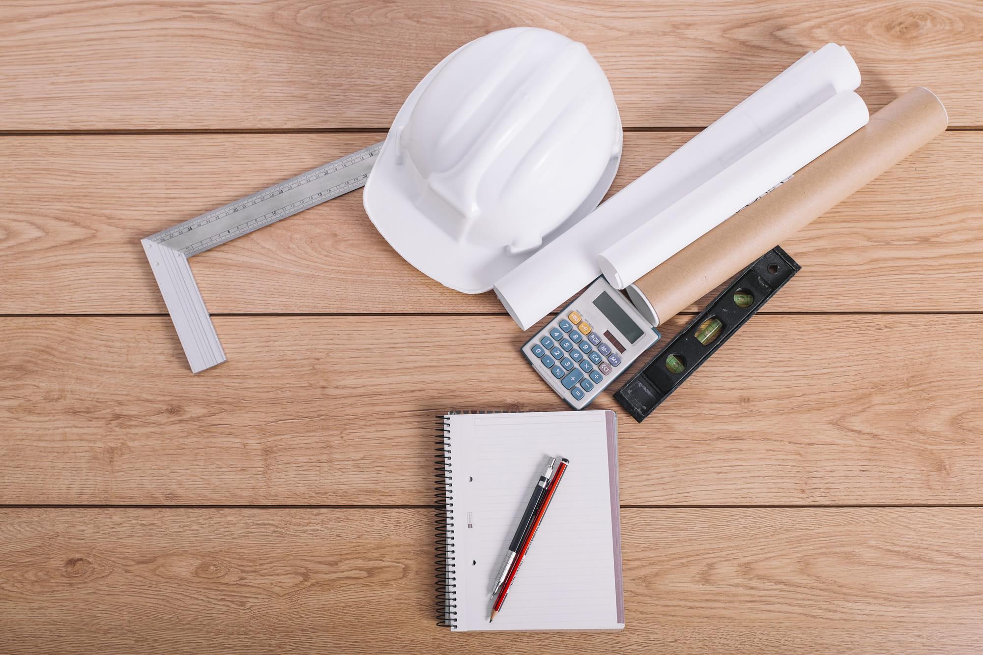 Outils de constructeur sur une table